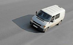 Unbelegter weißer Packwagen auf Straße lizenzfreies stockbild