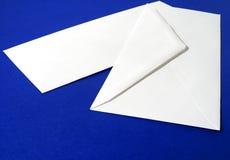 Unbelegter weißer Umschlag Stockbilder