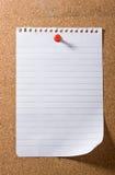 Unbelegtes Anmerkungspapier Post-It hielt durch einen roten Druckbolzen an. lizenzfreie stockfotos