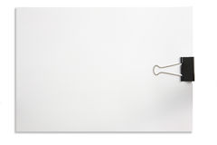 Unbelegtes Anmerkungspapier und Papierklammer getrennt im Weiß Lizenzfreies Stockbild