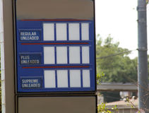 Unbelegtes Benzin-Preis-Zeichen   Stockbilder