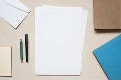 Unbelegtes Blatt Papier auf der Tabelle Lizenzfreies Stockfoto