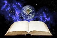 Unbelegtes Buch mit der Erde im Orion und im Platz   Lizenzfreie Stockbilder