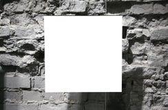 Unbelegtes Feld auf grauer Backsteinmauer Stockfotos