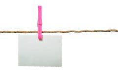 Unbelegtes Foto, das am Seil hängt Stockfotografie