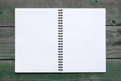 Unbelegtes gewundenes Notizbuch Stockfotos