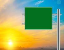 Unbelegtes grünes Verkehrsschild Stockbilder