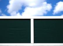 Unbelegtes hölzernes Panel und Himmel Stockfotografie