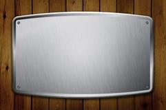 Unbelegtes Metallfeld auf hölzerner Wand lizenzfreie stockfotos