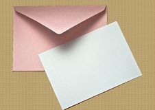 Unbelegtes Notecard und Umschlag auf Korken Stockbild