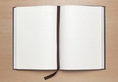 Unbelegtes Notizbuch auf hölzerner Tabelle Stockbild