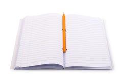 Unbelegtes Notizbuch mit Bleistift Stockfoto