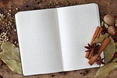 Unbelegtes Notizbuch mit Gewürzen Stockfoto