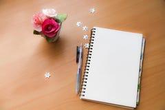 Unbelegtes Notizbuch und Feder stockfotografie