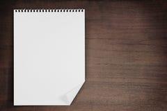 Unbelegtes Papier auf Holz Lizenzfreies Stockbild