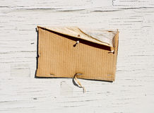 Unbelegtes Pappzeichen auf verwittertem Holz Lizenzfreies Stockfoto