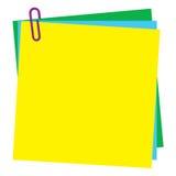 Unbelegtes Post-Itanmerkungspapier mit Papierklammer Stockfotografie