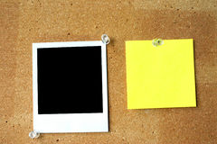 Unbelegtes Post-It und Polaroid Lizenzfreie Stockfotografie