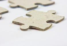 Unbelegtes Puzzlespiel auf weißem b Stockbilder