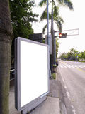 Unbelegtes Schild auf Straßenrand Stockfoto