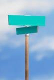 Unbelegtes Straßenschild auf blauem Himmel Lizenzfreies Stockfoto