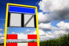 Unbelegtes Verkehrsschild innen das landwirtschaftliche Stockfoto