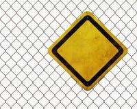 Unbelegtes Warnzeichen am rostigen Zaun Stockbilder