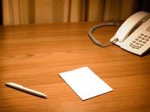 Unbelegtes Weißbuch auf dem Schreibtisch Stockfoto