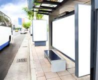 Unbelegtes weißes bekanntmachendes Zeichen am Busbahnhof Lizenzfreie Stockfotos