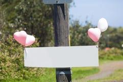 Unbelegtes Zeichen auf einem Fernschreiberpol Stockfotos
