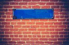 Unbelegtes Zeichen auf einer Backsteinmauer Stockbild