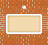 Unbelegtes Zeichen an einer Backsteinmauer Lizenzfreie Stockfotos