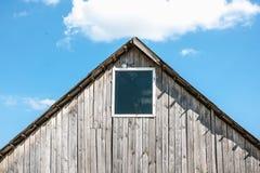 Unbemalte alte hölzerne Halle mit kleinem Fenster Stockfoto