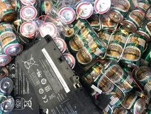 Unbenutzte Laptop-Computer Batterien und Satz große Größenbatterien lizenzfreies stockfoto