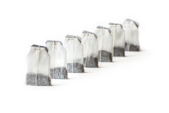 Unbenutzte Teebeutel in Folge lokalisiert auf weißem Hintergrund Stockfotos