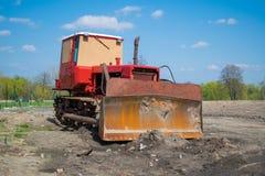 Unbenutzter Traktoraufenthalt auf Baustelle Lizenzfreie Stockfotografie