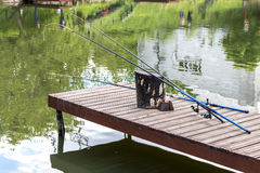 Unbenutztes Angeln auf dem hölzernen Pier Rod-Mageres gegen das St. Lizenzfreies Stockbild
