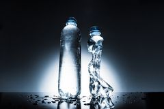 Unberührte und zerknitterte Flaschen Wasser Lizenzfreies Stockbild