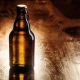 Unbeschriftete braune Flasche Bier Lizenzfreies Stockfoto