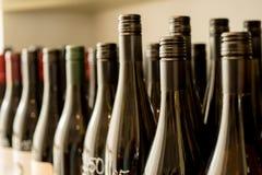 Unbeschriftete und ungeöffnete dunkle Flaschen Wein Lizenzfreies Stockfoto