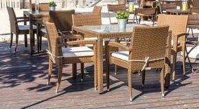Unbesetzte Möbel im Freien im Bereich im Freien eines Restaurants warten auf die Kunden, die hier essen, trinken und rauchen Lizenzfreie Stockbilder
