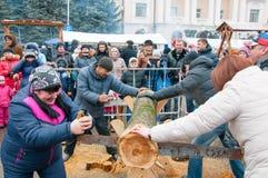 Unbestimmte lokale Leute nehmen am Wettbewerb während Maslenitsa-Feier in Bryansk teil Stockfotos