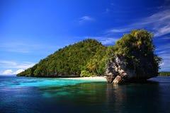 Unbewohnte Insel mit einem kleinen Strand Lizenzfreies Stockfoto