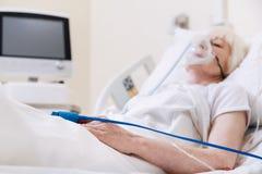 Unbewusste zarte Greisin, die sich ins Krankenhaus verbessert lizenzfreie stockfotografie