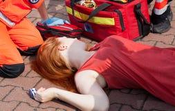 Unbewusstes Mädchen, das auf Straße liegt Lizenzfreie Stockfotos