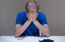 Unbezahlte Rechnungen, die auf dem Schreibtisch liegen Lizenzfreies Stockbild