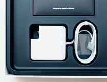 Unboxing προσαρμοστής δύναμης φορητών προσωπικών υπολογιστών της Apple MacBook Pro Στοκ εικόνες με δικαίωμα ελεύθερης χρήσης