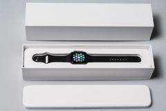 Unboxing το νέο ρολόι της Apple Στοκ φωτογραφία με δικαίωμα ελεύθερης χρήσης