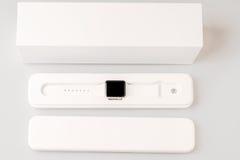 Unboxing av den nya Apple klockan Arkivfoton