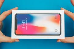 Unboxing av en ny Apple Iphone X flaggskeppsmartphone Arkivfoton